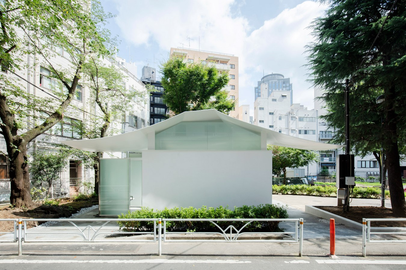 Fumikhiko Maki designs Toilet with the curved roof  'Squid Toilet' - Sheet3
