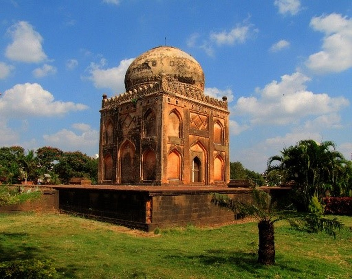 Barid Shahi Tombs